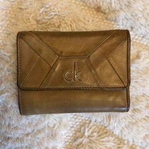 Lagom stor plånbok för både kvitton och kort. Plats för mynt också om du faktiskt har några kontanter