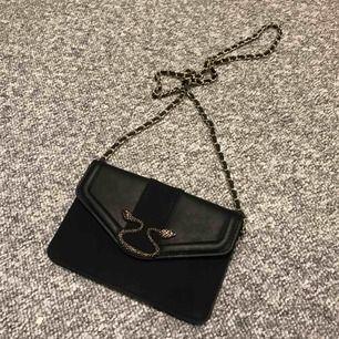 Superfin svart kuvertväska med orm detalj, ny! ❣️