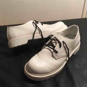 Vita kostymskor (typ Dr Martens kopior) från Din sko! Har bytt ut de vita skosnörena mot svarta! Möts upp i Stockholm.