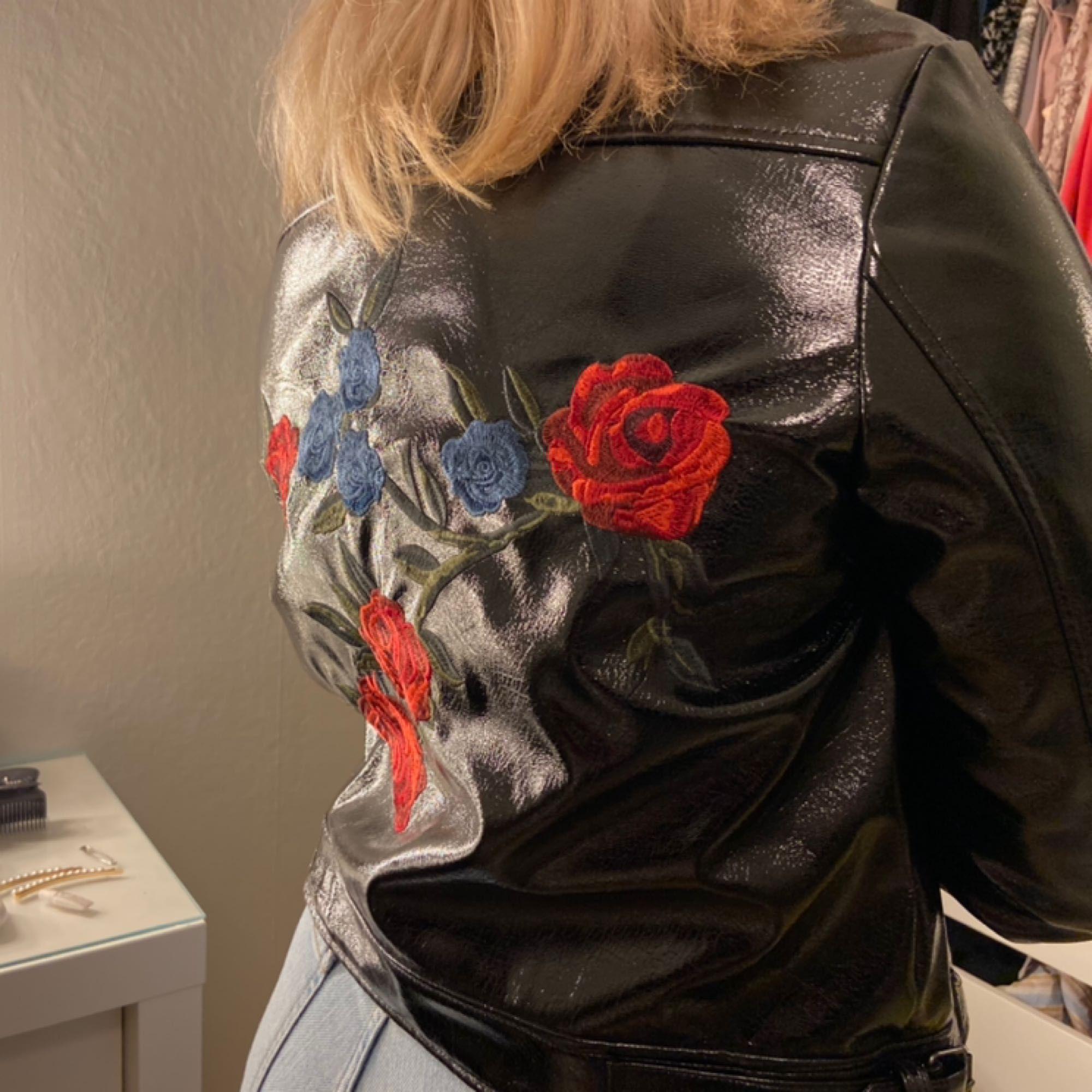 Svart lack-jacka från nakd med blommor i bak. Storlek 40 men funkar även på en 38. Köparen står för frakten, kan även mötas upp i Uppsala. Använd typ en gång.. Jackor.
