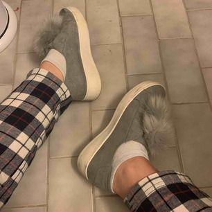 Jag säljer mina gråa Steve Madden sneakers. Bra skick och knappt använda. Säljs pga inte mycket användning.