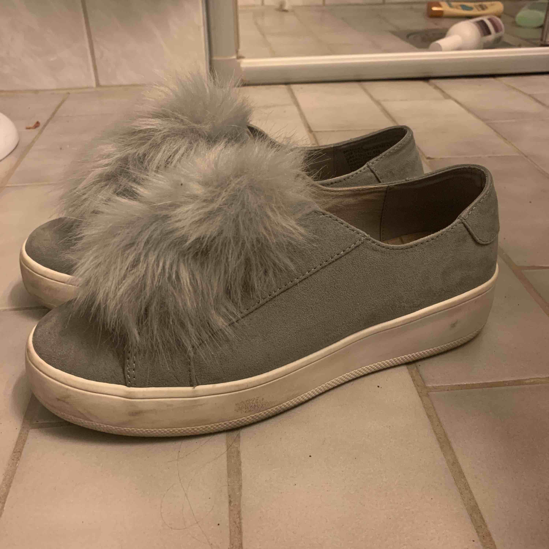 Jag säljer mina gråa Steve Madden sneakers. Bra skick och knappt använda. Säljs pga inte mycket användning. . Skor.