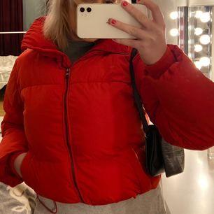Röd puffig jacka från cubus. Köparen står för frakten, kan mötas upp i uppsala.
