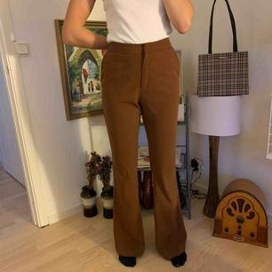 Bruna kostymbyxor från Nelly, köpta på Plick men passade tyvärr inte mig!