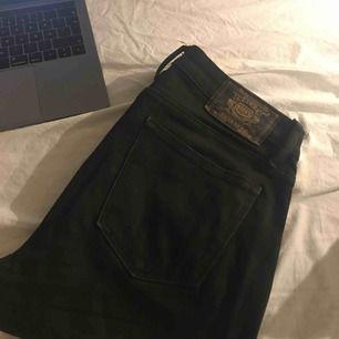 Svarta bootcut jeans från crocker, säljer på grund av att de är för små, jättefint skick, inga synliga slitningar