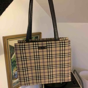 Mindre väska från märket inwear, köpt nyligen på Plick men kommer tyvärr inte till användning :(