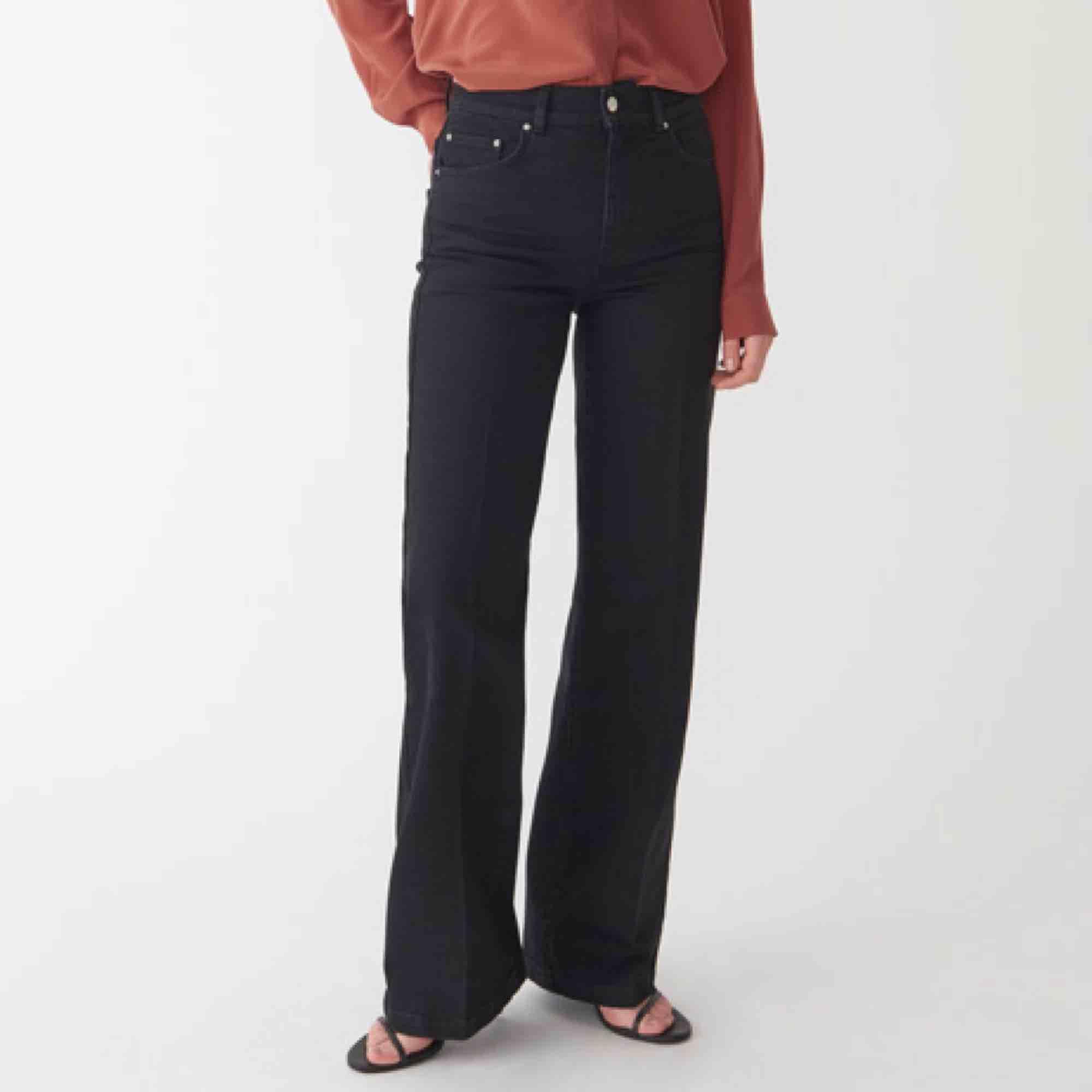 """Supersnygga svarta """"flaire""""-jeans 600kr nypris Aldrig använda, säljer pga för små  Högmidjade, vida ben  Köpare står för frakt, kan även mötas upp i stockholm. Jeans & Byxor."""