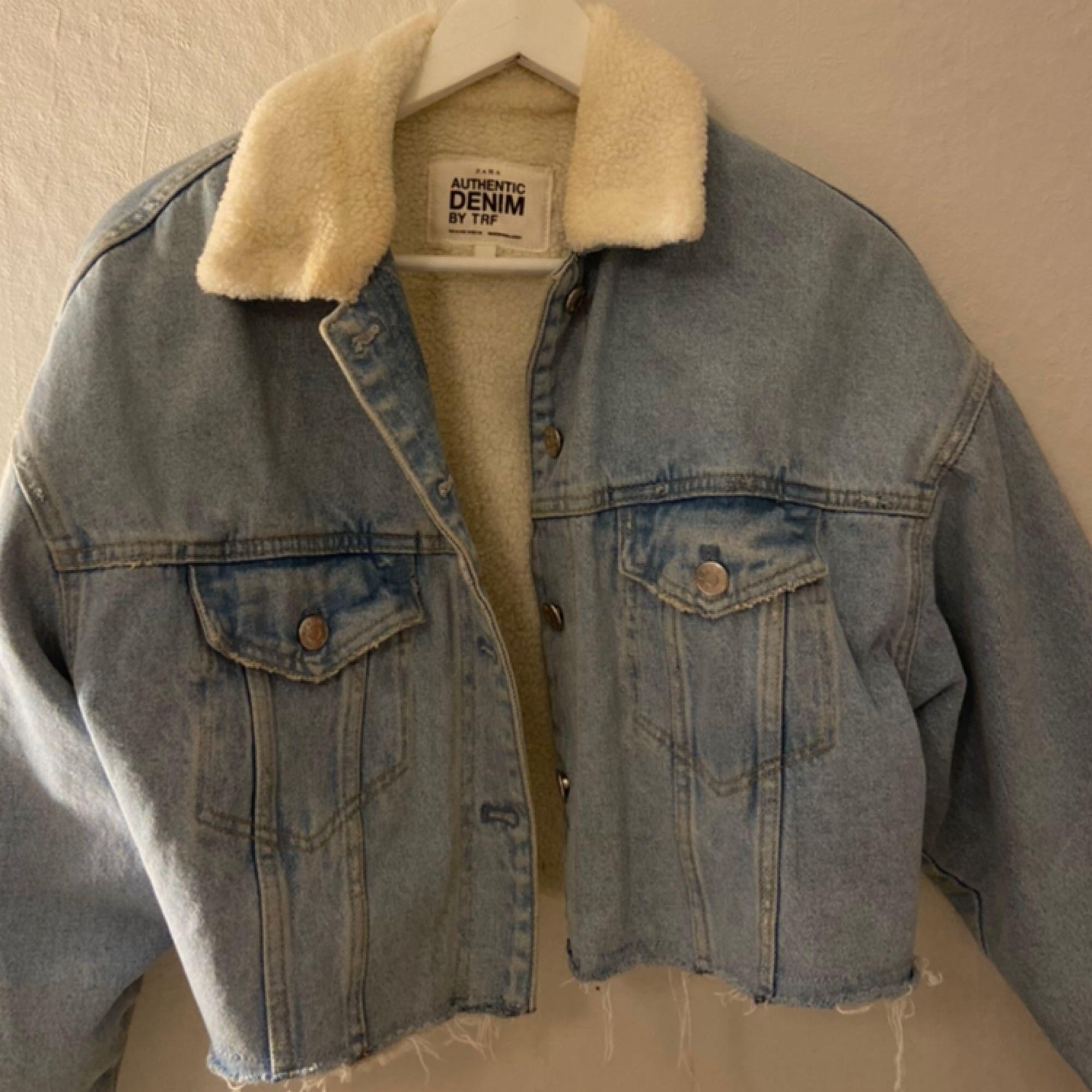 """Croppad jeansjacka från zara med """"luddig"""" krage, samma material på insidan av jackan. Köparen står för fraktkostnaden. Använd ett fåtal gånger.. Jackor."""