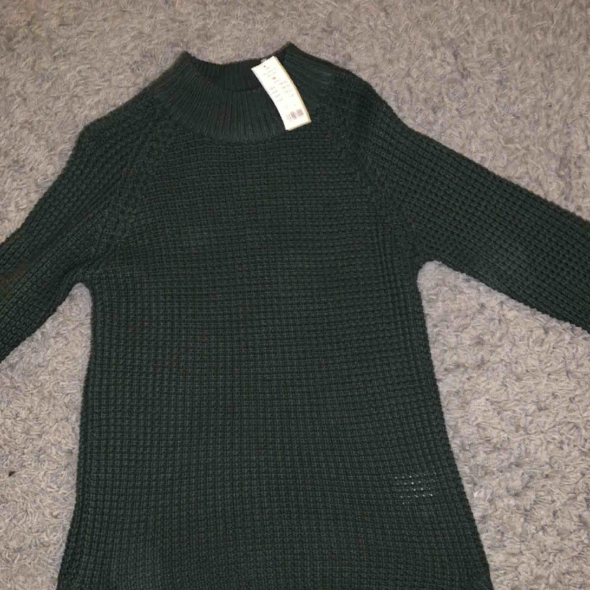 Längre grön stickad tröja från GinaTricot Aldrig använd-lapparna kvar Nypris 200kr  Köpare står för frakt, kan även mötas upp i stockholm. Tröjor & Koftor.