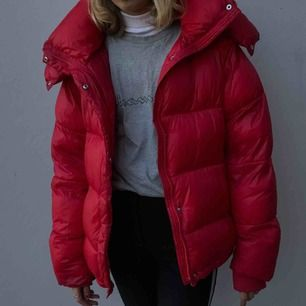 Röd trendig dunjacka från Bikbok (ej äkta dun såklart!!) Supervarm, skön och snygg! Möts upp i Stockholm eller skickar!