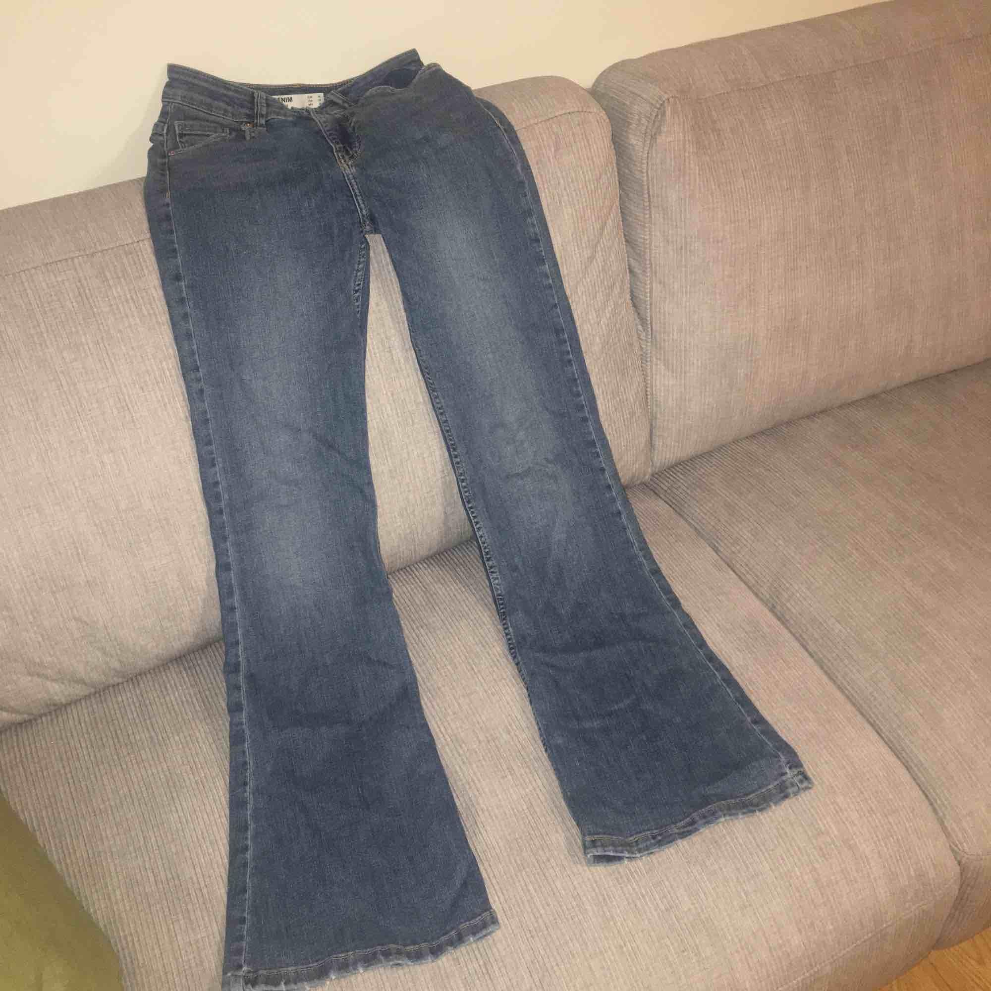 Ett par superfina bootcut byxor från Bershka. Jeansen sitter superfina runt midjan och har en superbra passform. Använda endast 1 gång och dem är nyligen köpta. 💕 Pris kan diskuteras.. Jeans & Byxor.