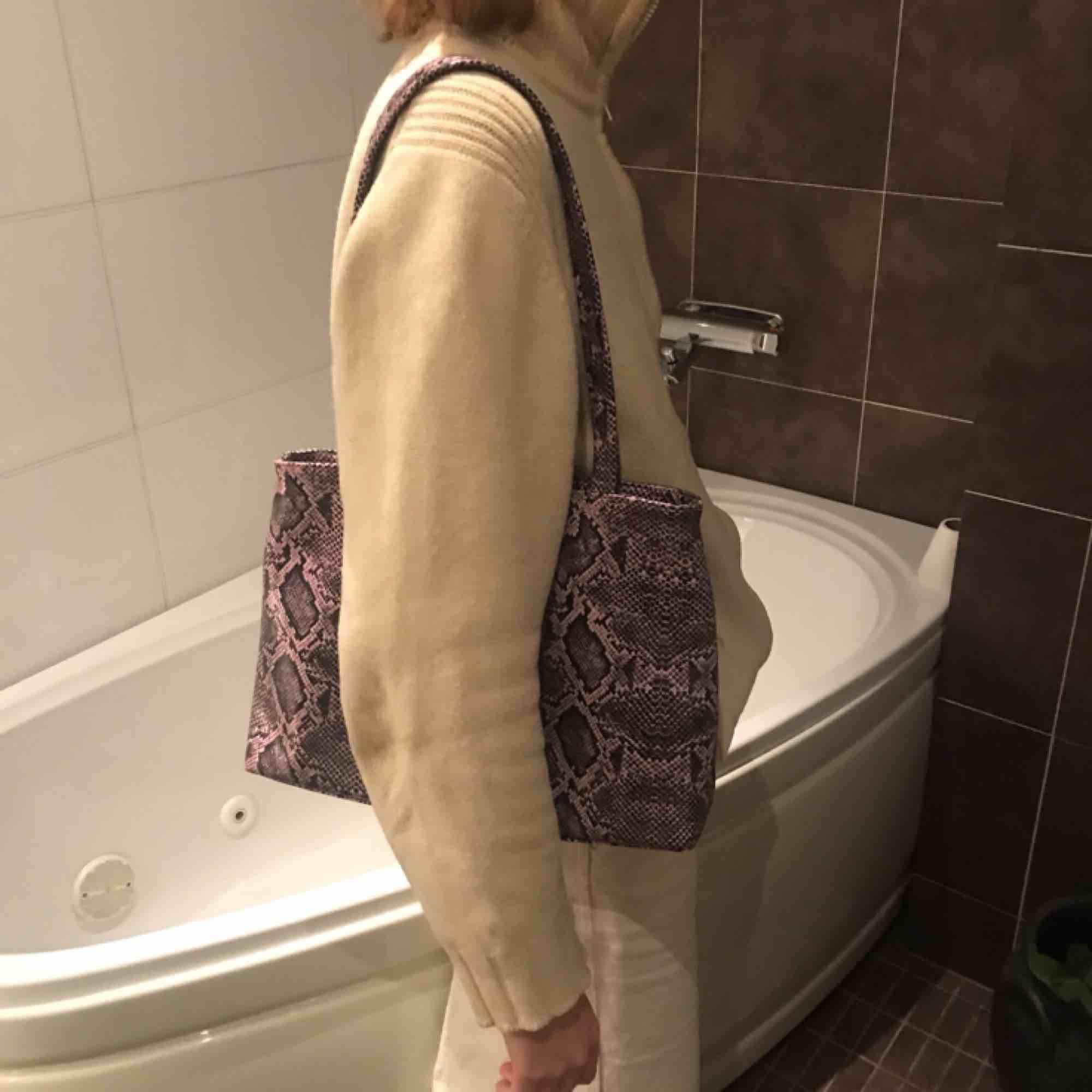 Asball lila one-shoulder-bag med snake print! Köpt på humana för några månader sedan (så för er climate changers är detta perfekt)!! På utsidan finns ett stort fack(bild två), samt ett stort och ett litet inuti. Möts upp i Stockholm eller skickar!. Väskor.