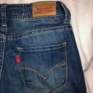 """levi's skinny jeans str """"14"""" köpte för ca 2 år sedan men har bara använt 2 gånger pågrund av hur de sitter på mig. fläcken på bild 3 syns inte så mycket som de ser ut med blixt."""