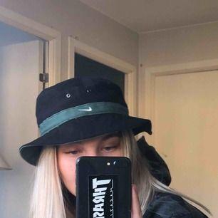 En vintage buckethat från nike. Mycket trevlig passform!