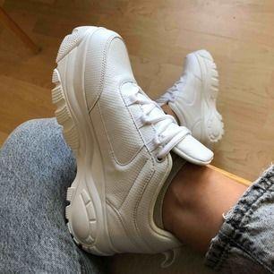 Supersnygga vita chunky sneakers från NAKD. Storlek 40 aldrig använda 🌟