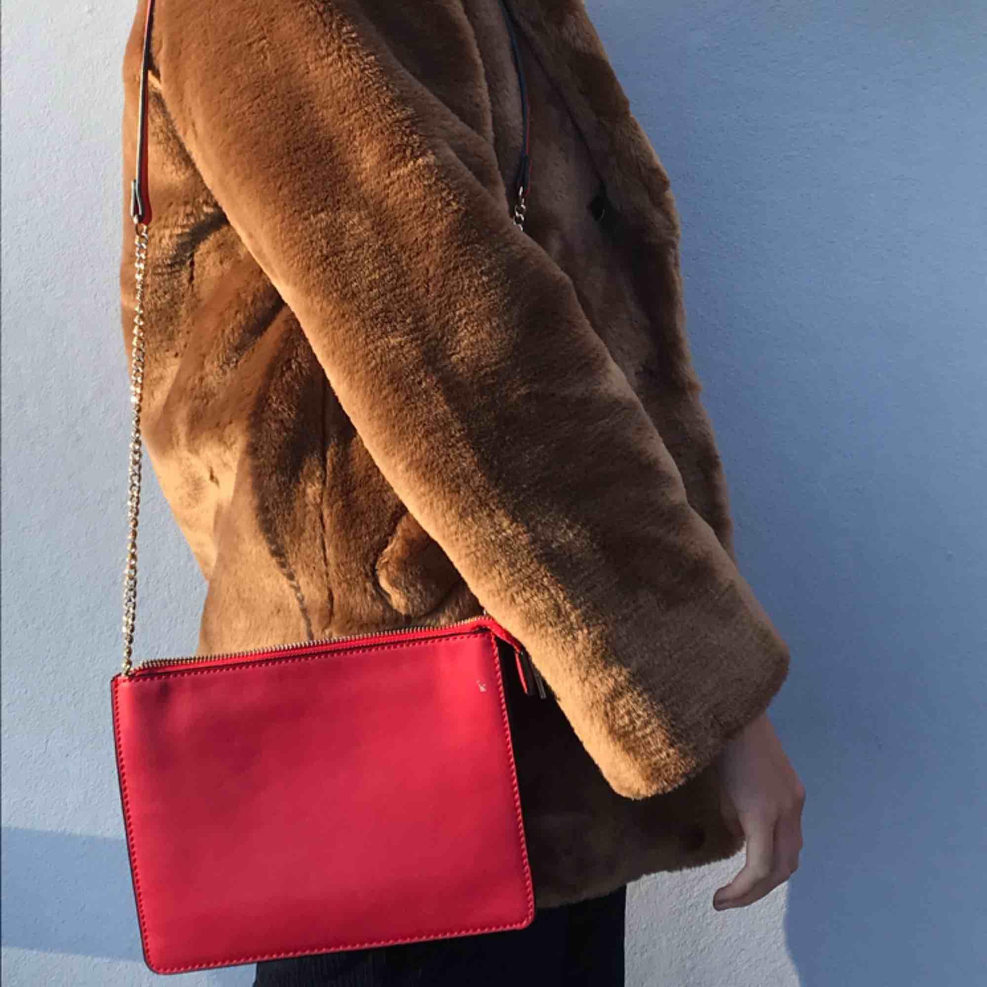 """Söt röd liten väska från Mango. Går att använda som cross-body-bag eller one-shoulder-bag! Den har flera fack inuti(bild tre) och väskremmen består av en guldkedja samt själva """"väsktyget""""!! Möts upp i Stockholm eller skickar!!. Väskor."""