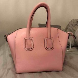 Helt ny väska i ljusrosa, super söt.  Aldrig använd så helt i nyskick!  Köpt från Nelly, stor å rymlig inuti  (Axelband finns till)