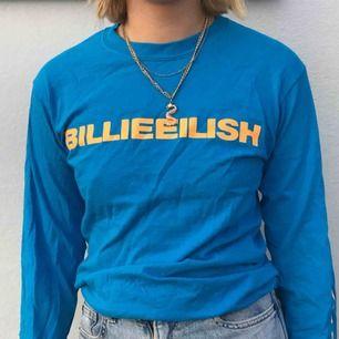 Billie Eilish-merch! Köpt på hennes konsert i Sverige i vinstras, använd ett fåtal gånger. Blå med orange text. Budgivning pågår tills imorgon (fredag)