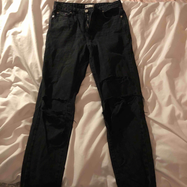 Mom jeans från gina tricot. Säljs för att jag inte tyckt de passat mig :/. Stora hål i knäna (köpta så). Shipping kan tillkomma. Jeans & Byxor.