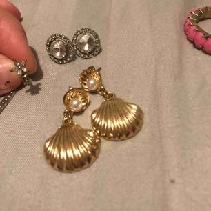 Olika smycken 🌸 vid intresse kontakta mig för mer info om det du är intresserad av, pris å bättre bilder 🌸 Piercing till tragus  Örhängen  Armband  Ringar  Klocka Halsband SJÄLVKLART tvättas allt noggrant innan köp!