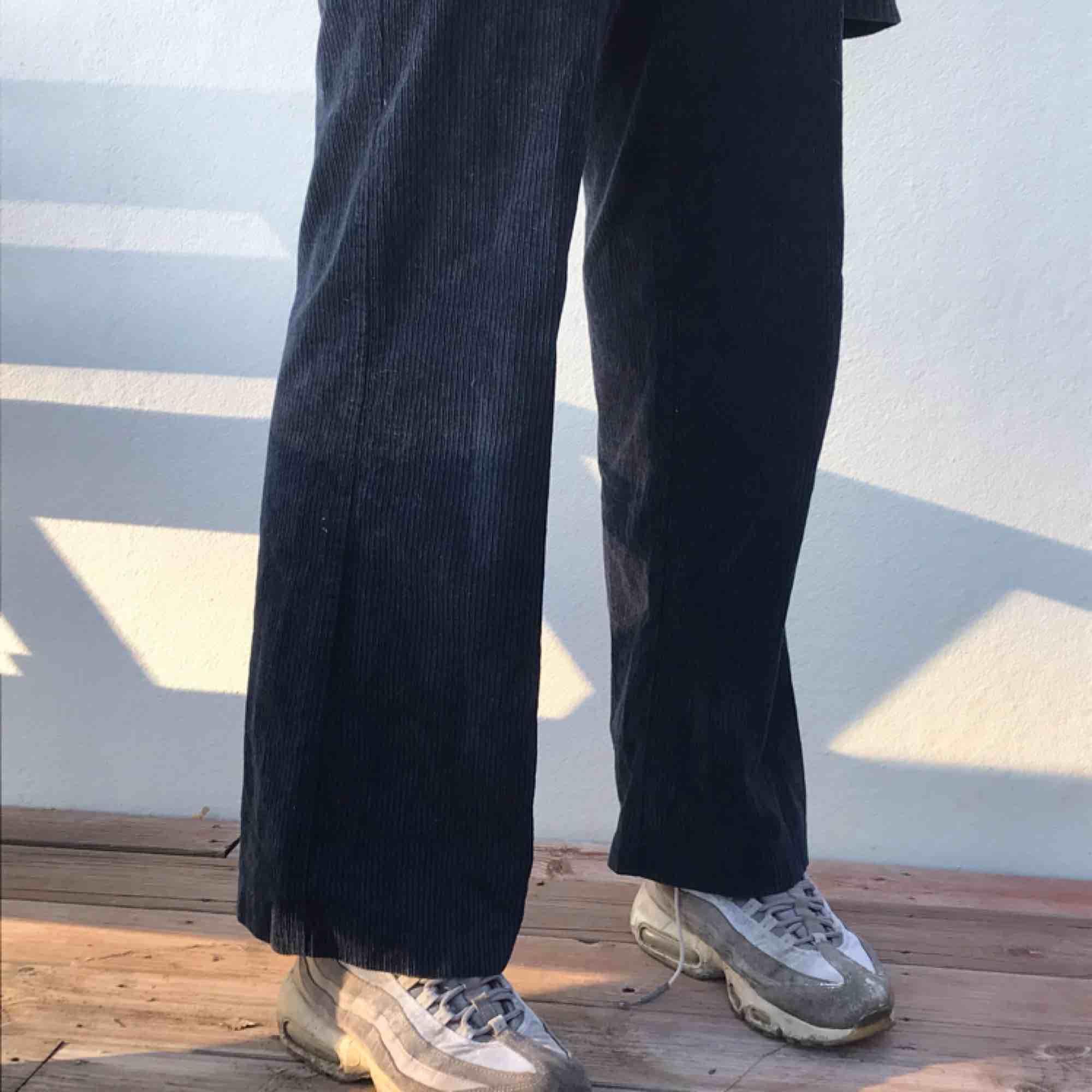 Sjukt snygga mörkblå Manchesterbyxor från PULL&BEAR. Stora i storleken, skulle snarare säga att de är som 38or.  Möts upp i Stockholm eller skickar!. Jeans & Byxor.