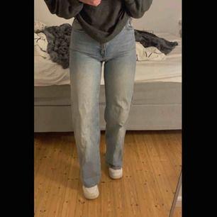 Ett par jättesnygga jeans från monki som tyvärr sitter lite för tight på mig. Bra längd för mig som är 165. Tidigare köpta här på plick💓 230 + frakt