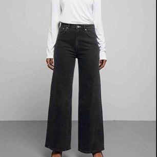 Säljer dessa ace wide leg jeans från weekday som tyvärr är för korta. Strl 25/32 (byter gärna till längd 34 om någon har). Superfint skick. Möts i Stockholm eller så tillkommer frakt