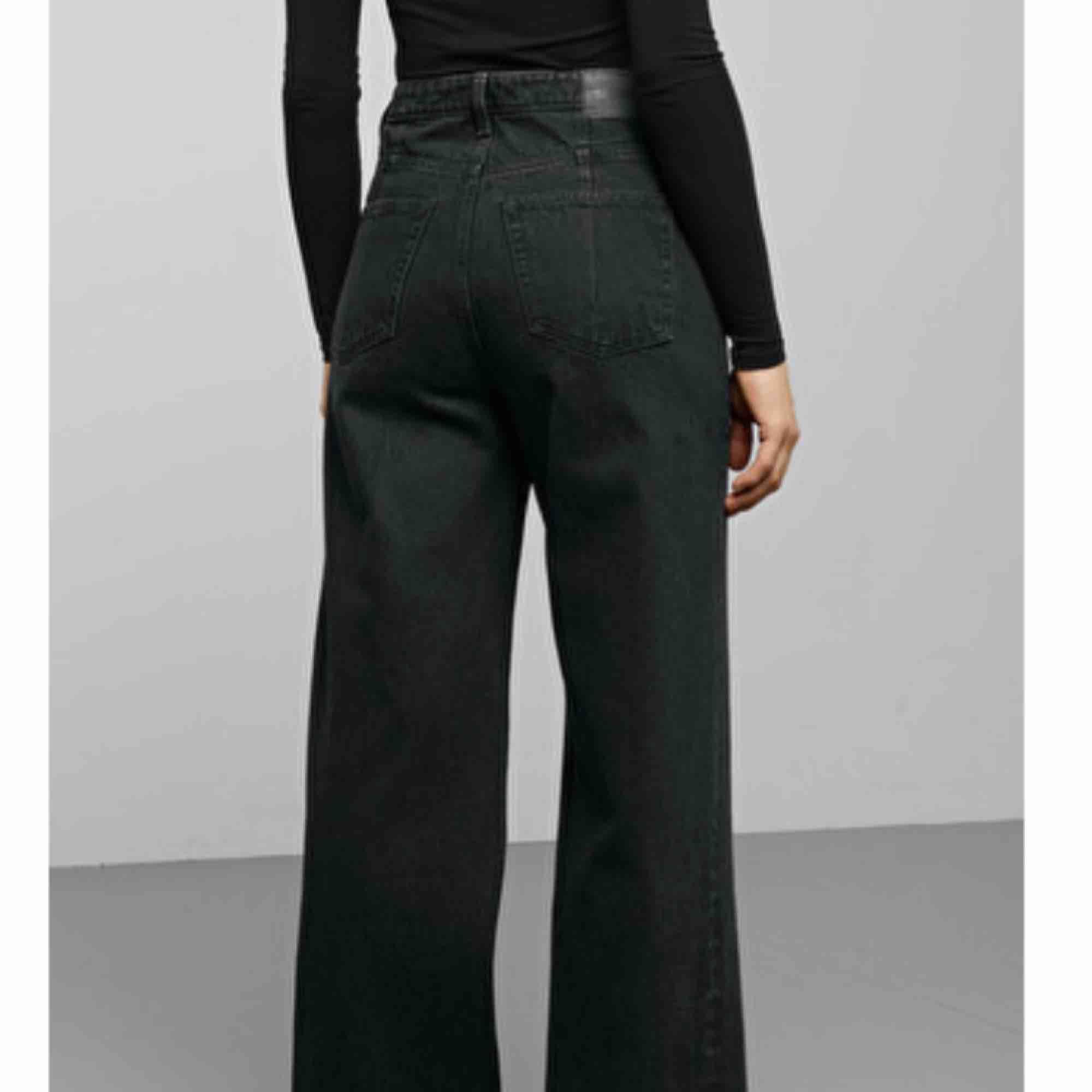 Säljer dessa ace wide leg jeans från weekday som tyvärr är för korta. Strl 25/32 (byter gärna till längd 34 om någon har). Superfint skick. Möts i Stockholm eller så tillkommer frakt . Jeans & Byxor.