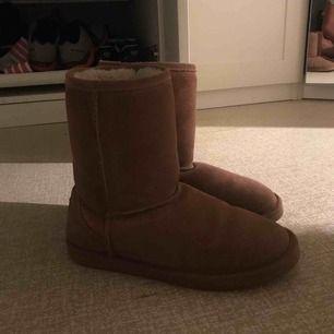 """Varma """"uggskopior"""" skor fast från märket Warp med ludd inuti. Brun färg & hög modell.  Sparsamt använda och säljs billigt då jag rensar ut!🌸"""