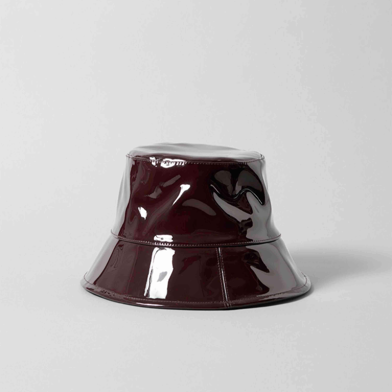 Bilderna är från Weekdays sida för orkade inte ta egna 😂 säljer denna oanvända buckethat, perfekt när de regnar eller när man vill se cool ut✌️ ordinarie pris 300.. Accessoarer.