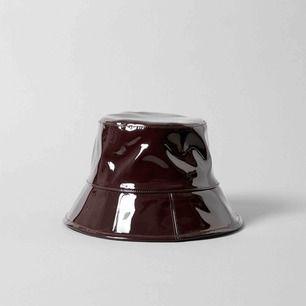 Bilderna är från Weekdays sida för orkade inte ta egna 😂 säljer denna oanvända buckethat, perfekt när de regnar eller när man vill se cool ut✌️ ordinarie pris 300.