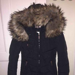 Säljer min fina vinterjacka med fejk päls, fint alternativ till er som ej vill använda riktig päls, jackan är super fin och har inga fel.. köparen står för frakten  Storlek 32
