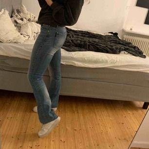Perfekta bootcut jeans från crocker. Står storlek 27/34 men de är avklippta nere så att de passar mig som är 165, men det är en snygg detalj enligt mig. Använda men fortfarande fint skick. Fraktas med bildbevis, 150kr + frakt