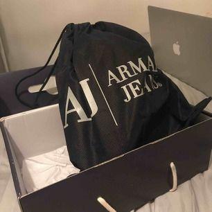 Skor från Armani Jeans, aldrig använda så helt i nyskick med lappar å kartong kvar.  Kommer i låda med dustbag till!  Vid snabb affär går jag ner i pris 🌸