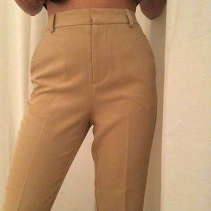 As fina kostymbyxor från Gina som är HELT oanvända, slängde kvittot och därför säljer jag dem! frakt 59kr💕