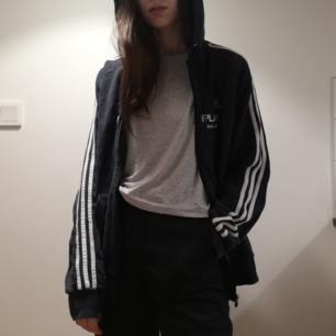Svart hoodie med dragkedja från Adidas i stl M. Vet inte om det är damstorlek eller herrstorlek, sitter oversize på mig som har stl XS. Köpt på Humana. Frakt 63 kr.