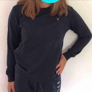 En marinblå Gant tröja ifrån Kidsbrandstore. Aldrig använd och prislapp är på. Säljs pga jag inte använder märkeskläder då jag fick tröjan i present. Killmodell men funkar bra på tjejer.