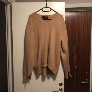 Skön stickad tröja köpt secondhand med v-krage, står ingen storlek men skulle gissa på S/M. Frakt på 50kr tillkommer🌸