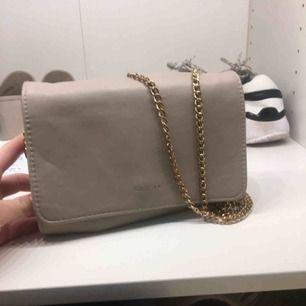 Beige väska från glitter. Bra skick. Nypris: 250 kr