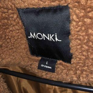 Säljer min fina teddyjacka från monki pga att jag har för många jackor. Den är köpt vintern 2018 men den är i fint skick. Frakt på 100kr tillkommer, pga dyr frakt har jag valt att sälja den billigt.🌸