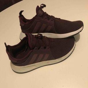 Sparsamt använda skor från Adidas. Säljes pga att de är stora för mig, mer som en 38 än 37 och 1/3. Köparen står för frakt eller möts upp i Örebro. Vid övriga frågor är det bara att ta kontakt med mig.