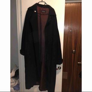 Säljer min favorit kappa som är köpt på Humana second hand vintern år 2018, den är riktigt mysig!Färgen är mörkblå, näst intill svart. Storleken är okänd men jag skulle gissa på M. Frakt på 100kr tillkommer.🌸