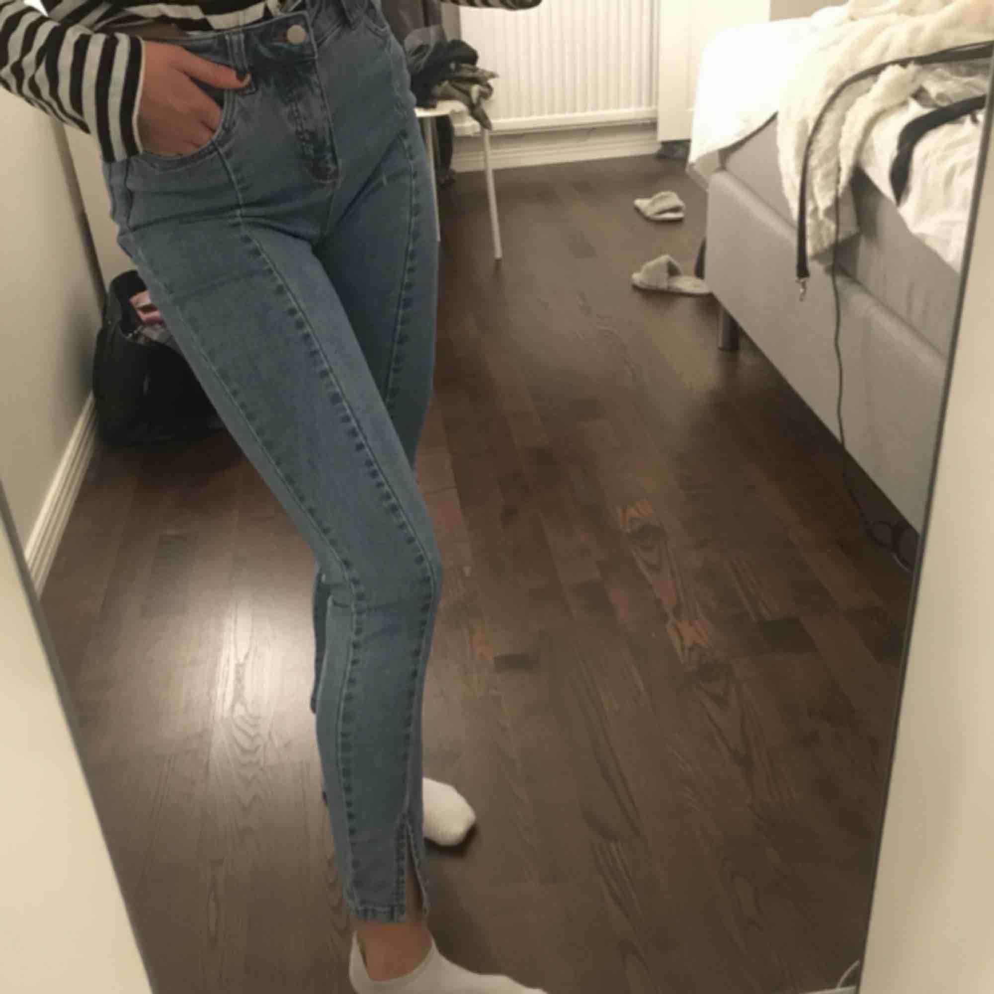 säljer mina Jeans med slits från nakd då dem inte kommer till användning och har blivit för små för mig. Små i storleken så passar även 34.🤩. Jeans & Byxor.