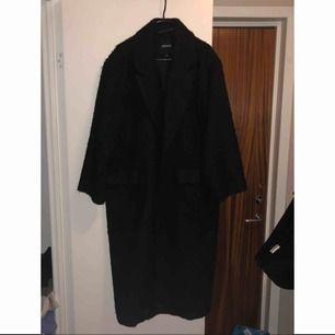 Säljer min svarta kappa från monki då den inte kommer till användning längre. Den är lite nopprig men det går att ta bort det mesta med en engångsrakhyvel! Frakt på 100kr tillkommer.🌸