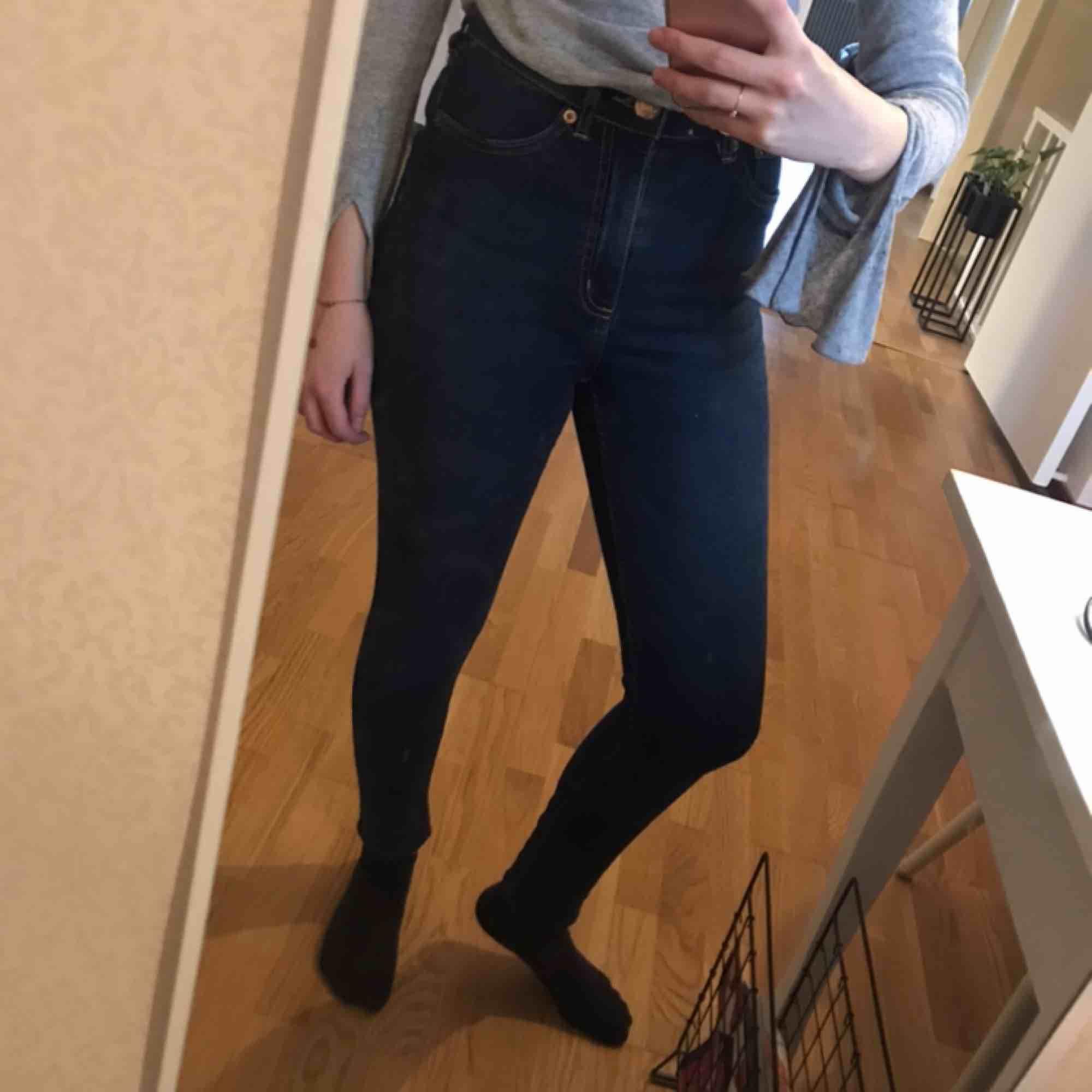 Sköna jeans med hög midja. Använda ett fåtal gånger. Kan mötas upp i Linköping eller skickas mot fraktavgift! 🍃. Jeans & Byxor.