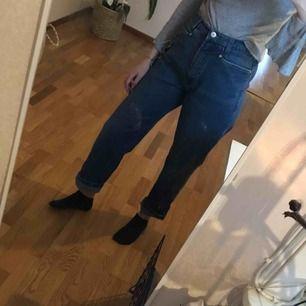 Fina mom-jeans i mycket bra skick! Köpt på second hand. Kan mötas upp i Linköping eller skickas mot fraktkostnad! 🍃