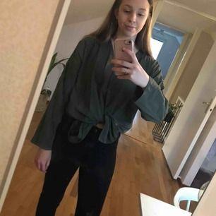 Skjorta i 42, fin som oversized till någon med mindre storlek också! Knyts fint i midjan men går även att ha utsläppet. Inhandlad på second hand, har axelvaddar som enkelt går att sprätta bort. Kan mötas upp i Linköping eller skickas mot fraktkostnad! 🍃