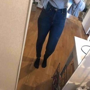 Sköna jeans med hög midja. Använd ett fåtal gånger. Kan mötas upp i Linköping eller skickas mot fraktkostnad! 🍃