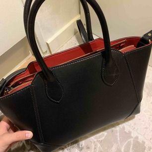 Fin väska, köpt från Zara. Aldrig använt. Kan bara träffas. Skriv om du vill ha flera bilder!
