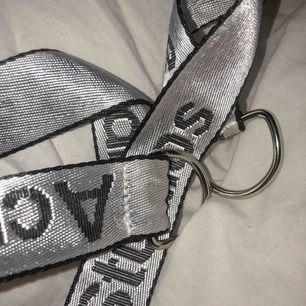 Acne band som kan användas som skärp eller väskband eller så, aldrig använd men satte på det på en väska så järngrejerna är lite rispade för använde en tång☺️